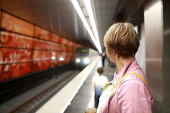 Vrouw op platform in metro royalty-vrije stock foto