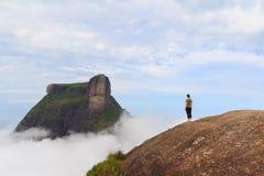 Vrouw op rand van berg Rio de Janeiro stock foto