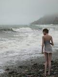 Vrouw op rand van het stormachtige overzees royalty-vrije stock foto
