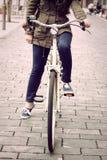 Vrouw op retro fiets royalty-vrije stock foto's