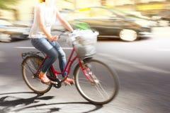 Vrouw op rode fiets Stock Afbeeldingen