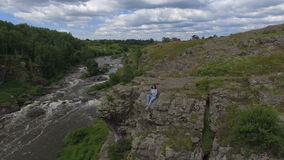 Vrouw op rots en hommel die hierboven vliegen stock video