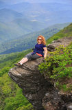 Vrouw op Rots Ledge Craggy Pinnacle Asheville North Carolina stock afbeelding