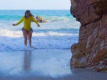 Vrouw op rotsachtig strand Stock Foto