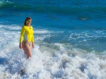 Vrouw op rotsachtig strand Stock Afbeeldingen