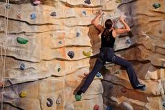 Vrouw op rotsmuur stock foto