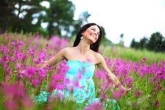 Vrouw op roze bloemgebied Royalty-vrije Stock Afbeelding