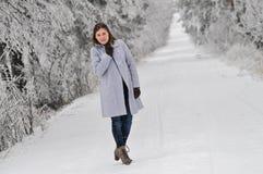 Vrouw op sneeuw behandelde weg Royalty-vrije Stock Afbeelding
