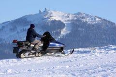 Vrouw op sneeuwscooter Royalty-vrije Stock Afbeeldingen