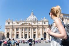 Vrouw op St Peter ` s Vierkant in Vatikaan voor St Peter ` s Basiliek royalty-vrije stock foto