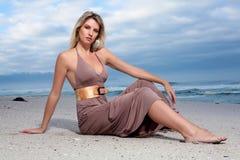Vrouw op strand Royalty-vrije Stock Afbeeldingen