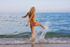 Vrouw op strand Stock Afbeeldingen