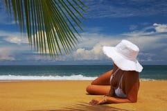 Vrouw op strand Stock Afbeelding
