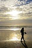 Vrouw op strand Stock Foto's