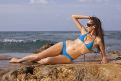 Vrouw op strand in bikinis stock afbeeldingen