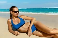 Vrouw op Strand in de Zomer Sexy Gelukkig Vrouwelijk ModelTanning Royalty-vrije Stock Foto's