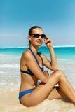 Vrouw op Strand in de Zomer Sexy Gelukkig Vrouwelijk ModelTanning Royalty-vrije Stock Afbeelding