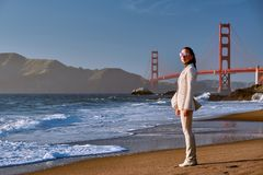 Vrouw op strand dichtbij Golden gate bridge stock foto