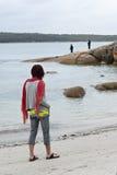 Vrouw op strand lettende op vissers Royalty-vrije Stock Fotografie