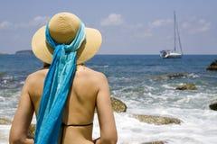 Vrouw op strand met hoed Stock Fotografie