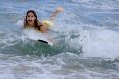 Vrouw op surfplank Stock Afbeeldingen