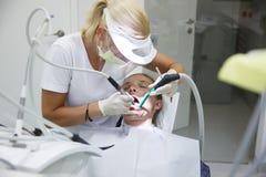 Vrouw op tandkantoor royalty-vrije stock afbeeldingen