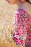 Vrouw op tarwegebied Stock Fotografie