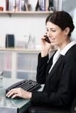 Vrouw op telefoon Royalty-vrije Stock Foto's