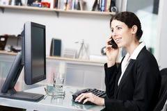 Vrouw op telefoon Royalty-vrije Stock Afbeelding
