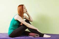 Vrouw op telefoon bij gymnastiek Royalty-vrije Stock Afbeeldingen