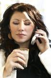 Vrouw op telefoon bij koffie Stock Afbeeldingen