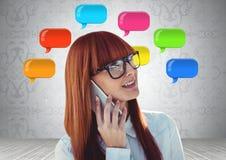 Vrouw op telefoon met glanzende praatjebellen Stock Foto