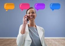 Vrouw op telefoon met glanzende praatjebellen Stock Afbeeldingen