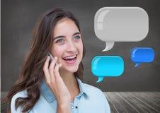 Vrouw op telefoon met glanzende praatjebellen Royalty-vrije Stock Foto