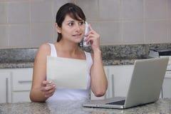 Vrouw op telefoon met rekening Royalty-vrije Stock Afbeeldingen
