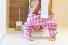 Vrouw op toilet Stock Fotografie