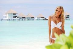 Vrouw op tropisch strand Royalty-vrije Stock Afbeelding