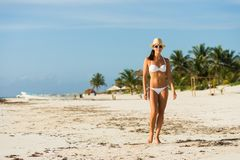 Vrouw op tropische strandvakantie stock foto's