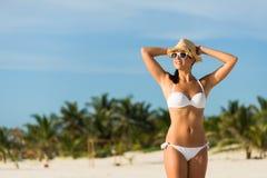 Vrouw op tropische strandvakantie royalty-vrije stock afbeelding