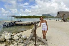 Vrouw op vakantie in Bora-bora Stock Afbeeldingen