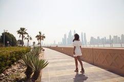 Vrouw op vakantie in de Palm Jumeirah royalty-vrije stock afbeeldingen
