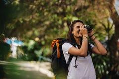 Vrouw op vakantie die foto's nemen royalty-vrije stock afbeelding
