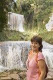 Vrouw op vakantie in Monasterio DE Piedra, Soria, Spanje royalty-vrije stock foto