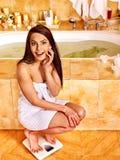 Vrouw op vloerschalen die wordt gewogen Royalty-vrije Stock Afbeeldingen