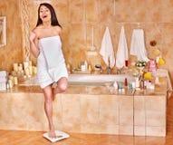 Vrouw op vloerschalen die wordt gewogen Stock Afbeeldingen