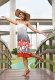 Vrouw op voetgangersbrug stock fotografie