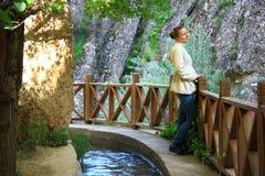 Vrouw op waterbalkon Royalty-vrije Stock Afbeelding