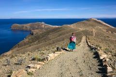 Vrouw op Weg op Isla del Sol in Meer Titicaca, Bolivië Stock Foto