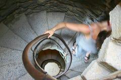 Vrouw op wenteltrap Stock Foto's