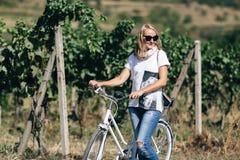 Vrouw op witte, herstelde, retro fiets stock afbeelding